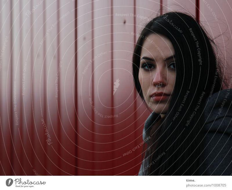 . feminin Junge Frau Jugendliche 1 Mensch Mauer Wand Container Mantel Piercing schwarzhaarig langhaarig beobachten Blick warten Verschwiegenheit Wachsamkeit