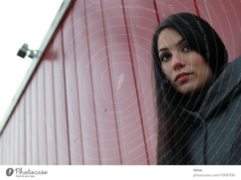 . Überwachungskamera feminin 1 Mensch Container Mantel Piercing schwarzhaarig langhaarig beobachten Denken Blick warten Freundlichkeit schön Sicherheit
