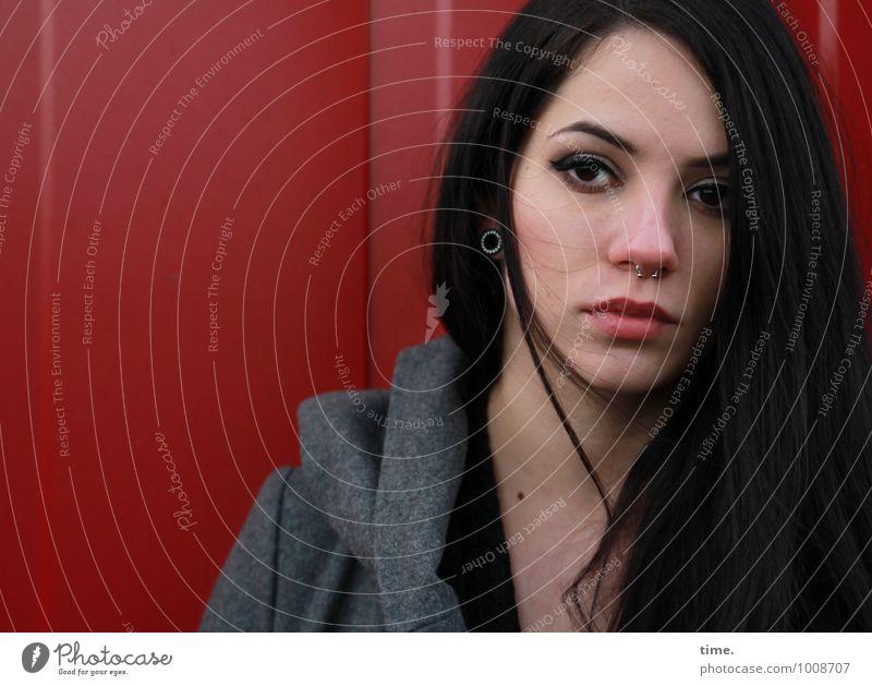 . feminin Junge Frau Jugendliche 1 Mensch Container Mantel Piercing Ohrringe schwarzhaarig langhaarig beobachten Blick warten dunkel schön selbstbewußt Kraft