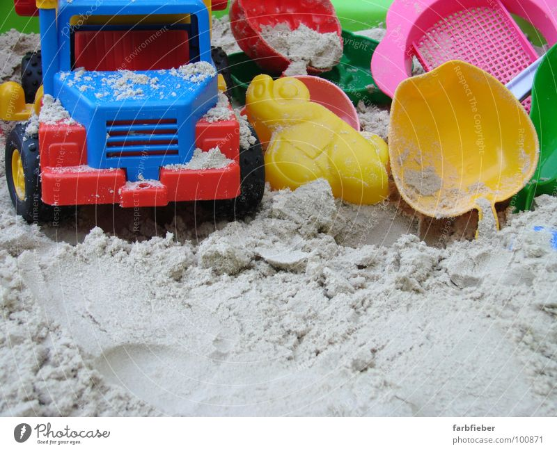 Ausgespielt Spielen Sommer Sommerurlaub Kindergarten Baustelle Kindheit Sand PKW Lastwagen Kunststoff bauen blau mehrfarbig gelb rot stagnierend Sandkasten