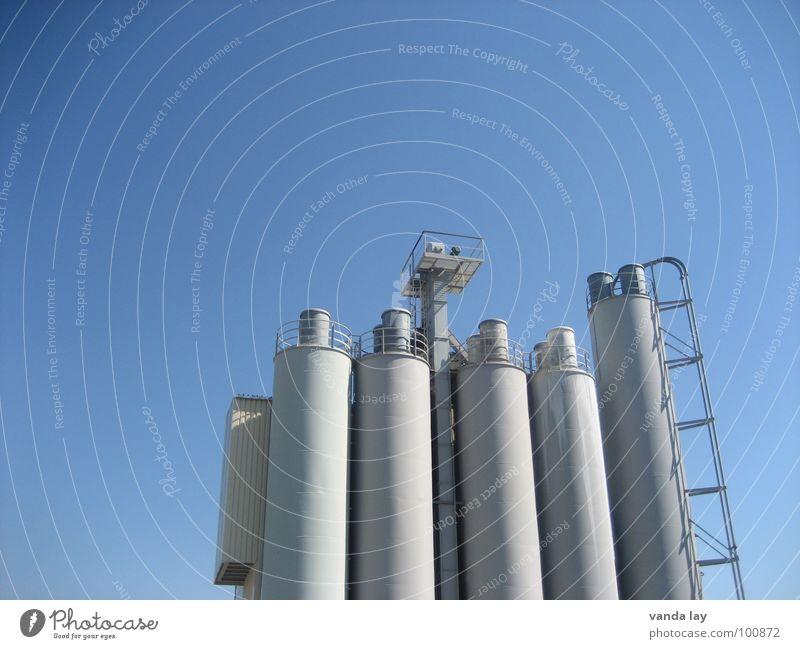 Kieswerk Himmel blau Arbeit & Erwerbstätigkeit Gebäude Beton Industrie Treppe Turm Stahl Leiter Schornstein Mittag Silo Schichtarbeit Kieswerk