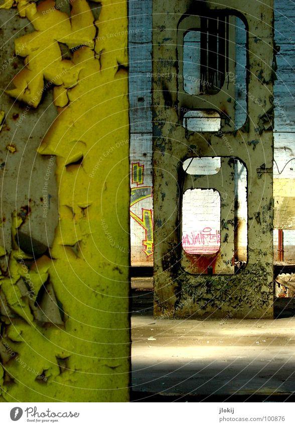 Heavy Metal Fabrikhalle leer Lagerhalle Beleuchtung Sonnenlicht Beton dreckig groß Haus Gebäude verfallen kaputt Altbau Putz abblättern Rost Säule Träger Blick