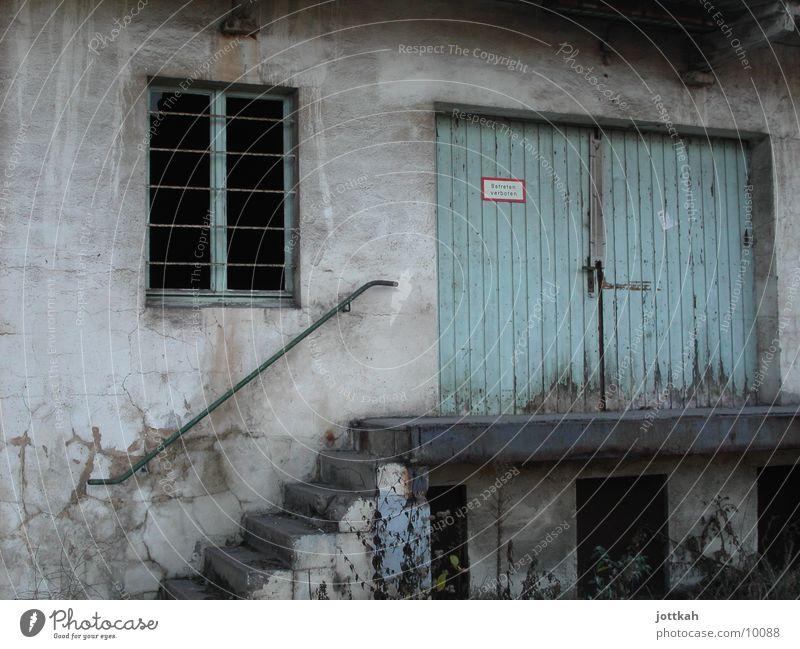Wohnungstür alt blau Haus Fenster Architektur Tür dreckig Treppe kaputt Lagerhalle
