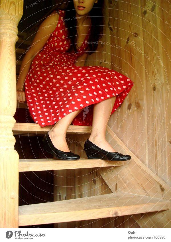 Moment Holz Frau feminin Kleid Schuhe lang schwarz rot weiß Überraschung Gesichtsausdruck Erwartung Angst Treppe drechseln Jugendliche Maserung Kierfernholz
