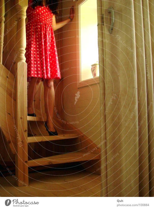 Moment II Frau Mensch weiß rot schwarz feminin Fenster Holz Haare & Frisuren Beine Fuß Schuhe Mund Tür Arme gehen