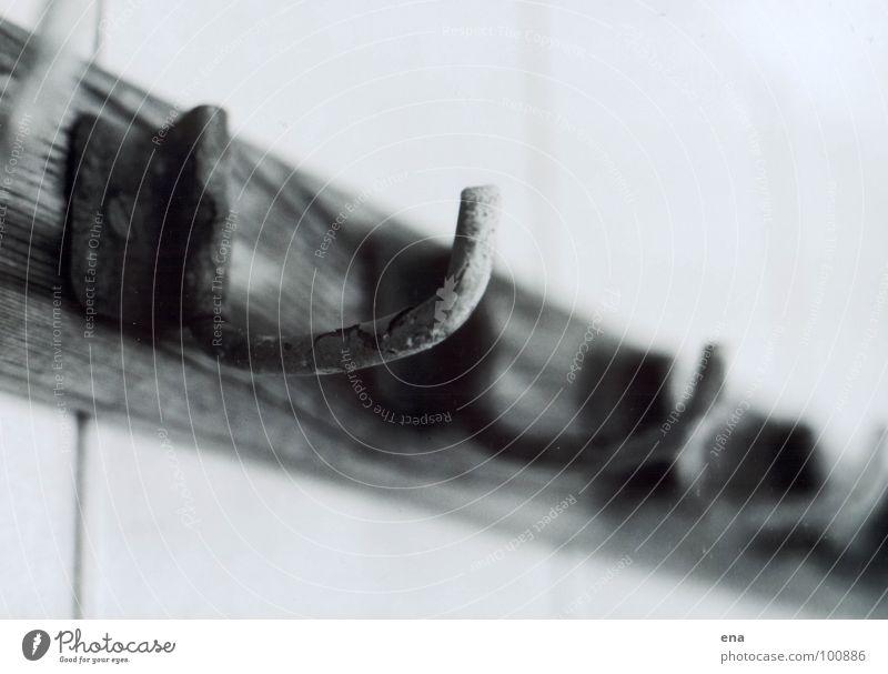 geh mal duschen Sachsenbad Handtuchhaken Schwimmhalle Holz Holzleiste Haken aufhängen verfallen Fliesen u. Kacheln Schwarzweißfoto Einsamkeit schäbig Rost panel
