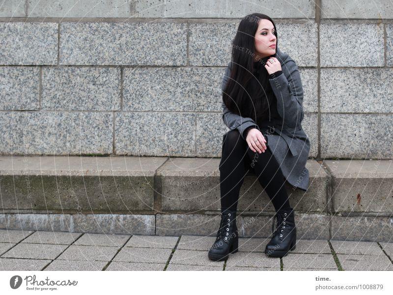 . Mensch Jugendliche schön Junge Frau ruhig Leben Wand feminin Mauer Treppe sitzen Schuhe warten beobachten Coolness Neugier