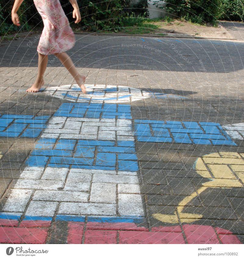 Ausschwung II Kind Mädchen Spielen Bewegung Fuß Spielplatz Schulhof Spieltrieb Hinkepinke