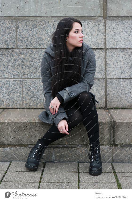 . feminin Junge Frau Jugendliche 1 Mensch Mauer Wand Treppe Mantel Stiefel schwarzhaarig langhaarig beobachten Blick sitzen schön Stadt Wachsamkeit Gelassenheit