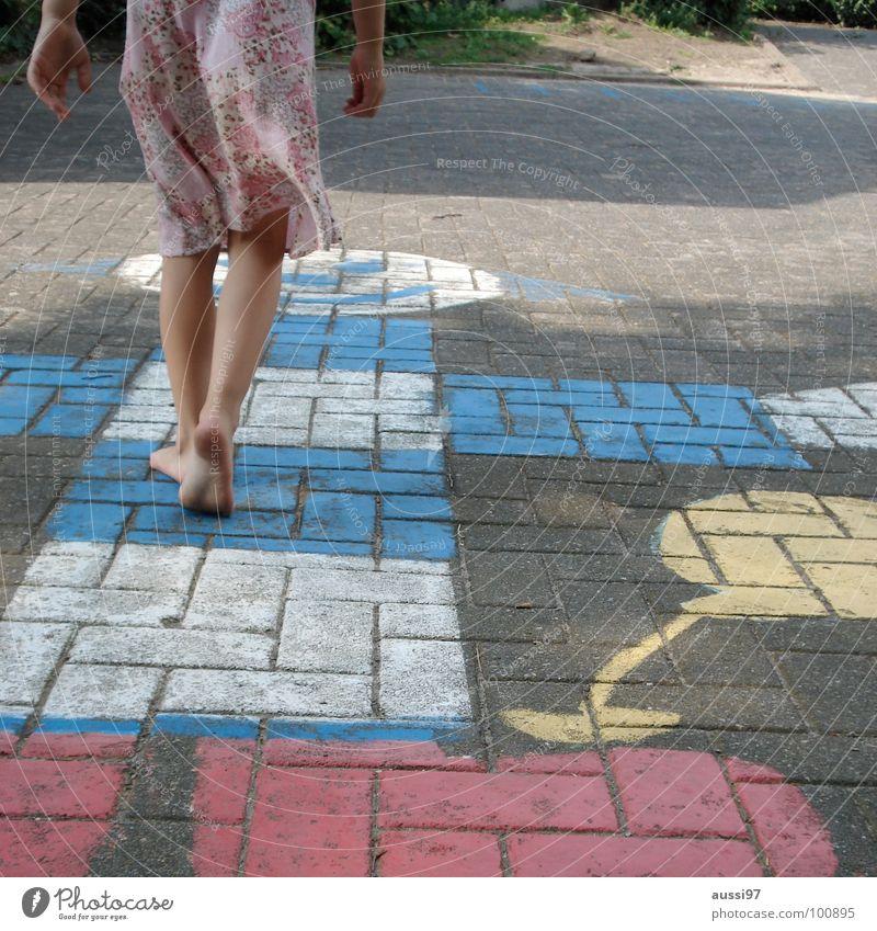 Antizipation Kind Mädchen Freude Spielen Bewegung Fuß Spielplatz Schulhof Spieltrieb Hinkepinke