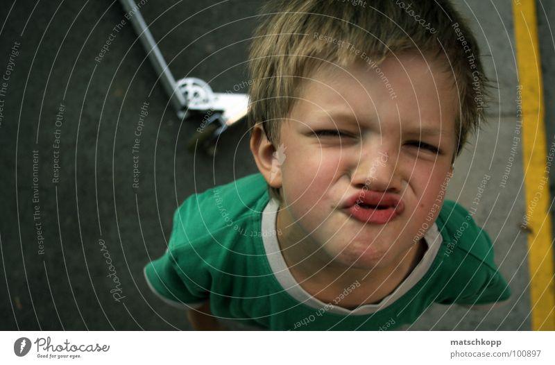 Zuckerschnute Kind grün Gesicht gelb Haare & Frisuren Park Linie lustig blond klein Schilder & Markierungen T-Shirt Küssen Asphalt seltsam Grimasse