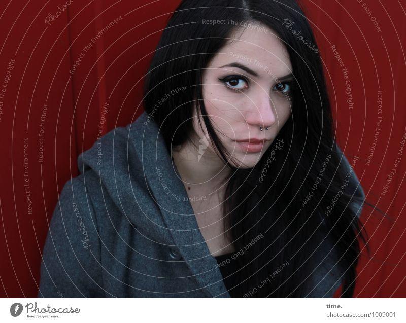 . Container feminin Junge Frau Jugendliche 1 Mensch Mauer Wand Mantel Piercing schwarzhaarig langhaarig beobachten Denken Blick stehen warten elegant schön