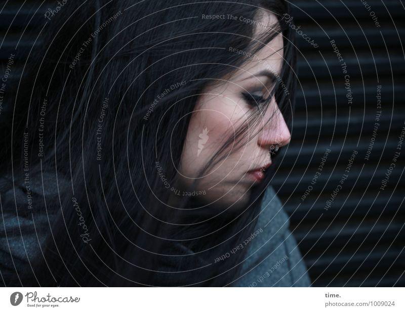 . Mensch Jugendliche schön Junge Frau Einsamkeit Leben Gefühle feminin Denken träumen Wind warten beobachten geheimnisvoll Sehnsucht Schmerz