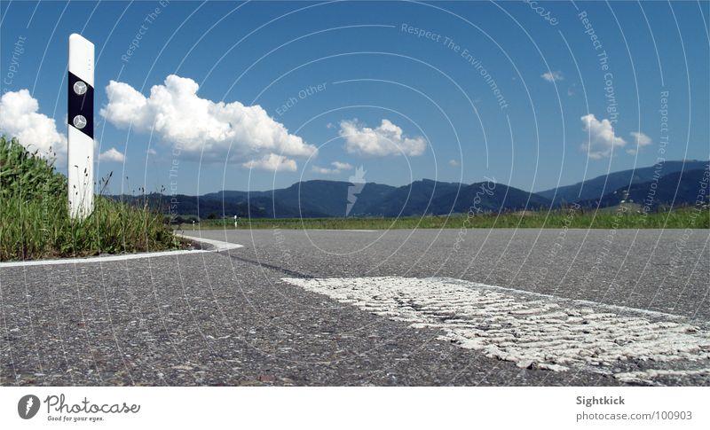 Auf dem Asphalt ins Glück Natur Himmel weiß grün blau Sommer Ferien & Urlaub & Reisen Wolken Straße Wiese Berge u. Gebirge grau Schilder & Markierungen Hügel