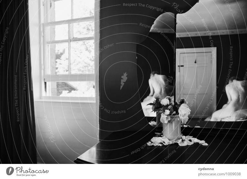 Vergänglichkeit Häusliches Leben Bett Spiegel Schlafzimmer Mensch Junge Frau Jugendliche Körper 18-30 Jahre Erwachsene Rose Blumenvase welk Fenster Tür