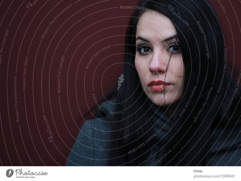 . feminin Junge Frau Jugendliche 1 Mensch Mauer Wand Mantel Piercing schwarzhaarig langhaarig beobachten Blick warten schön Wachsamkeit gewissenhaft Vorsicht