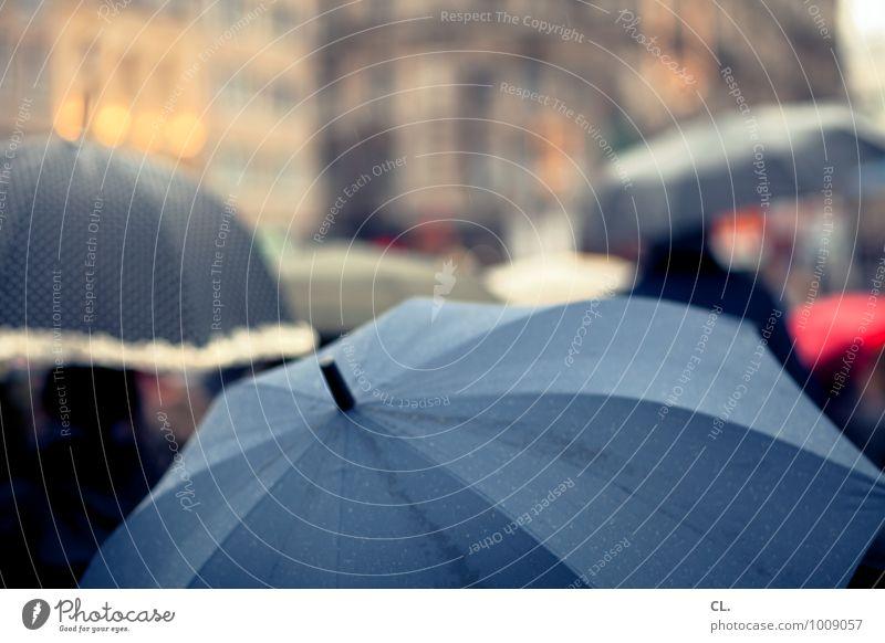 regen Mensch Menschengruppe Wassertropfen Herbst Winter Klima Wetter schlechtes Wetter Fußgänger Regenschirm gehen nass Stadt Fernweh Farbfoto Außenaufnahme Tag