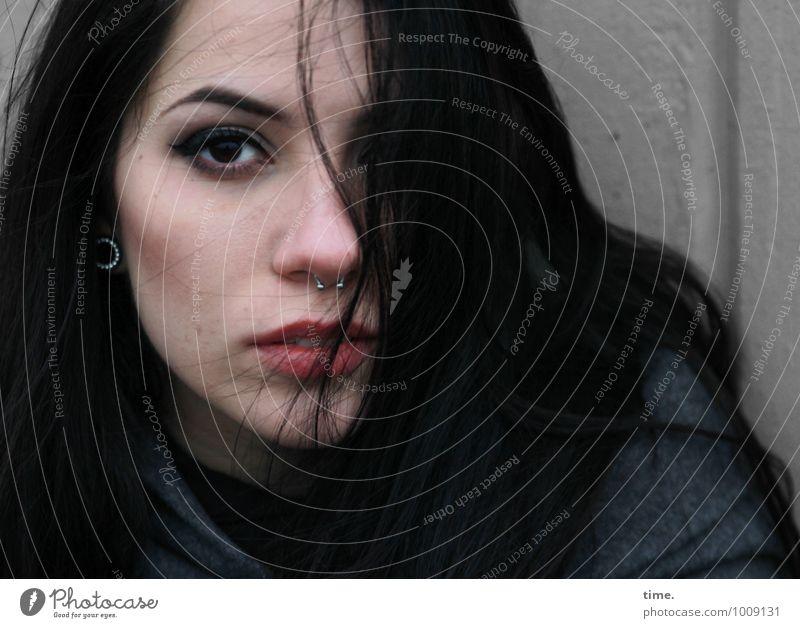 . feminin Junge Frau Jugendliche 1 Mensch Mauer Wand Mantel Piercing Ohrringe schwarzhaarig langhaarig beobachten Denken Blick warten schön Wachsamkeit