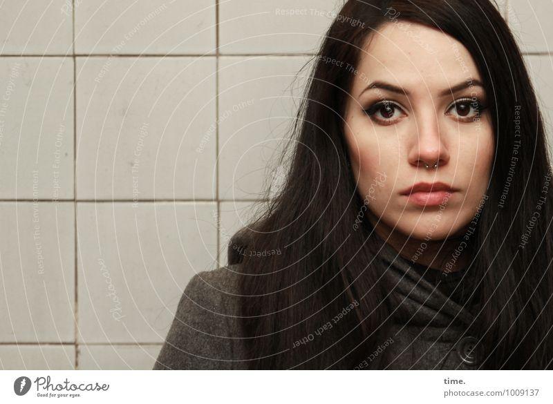 . feminin Junge Frau Jugendliche 1 Mensch Mauer Wand Fliesen u. Kacheln Elbtunnel Mantel schwarzhaarig langhaarig beobachten ästhetisch schön Stimmung
