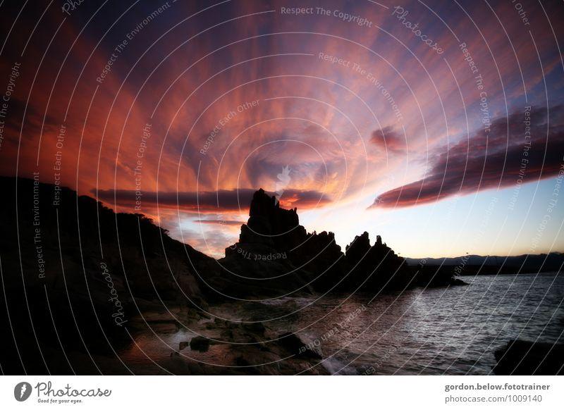 Himmelsgeister Natur Landschaft Wolken Frühling Unwetter Gewitter Küste Seeufer Insel Sardinien Felsen außergewöhnlich bedrohlich dunkel gruselig violett rot
