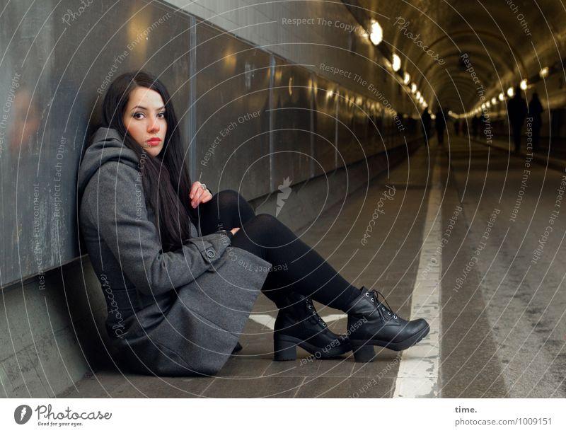 . Mensch Jugendliche schön Junge Frau Einsamkeit ruhig Ferne dunkel kalt feminin Wege & Pfade Stimmung sitzen Perspektive warten beobachten