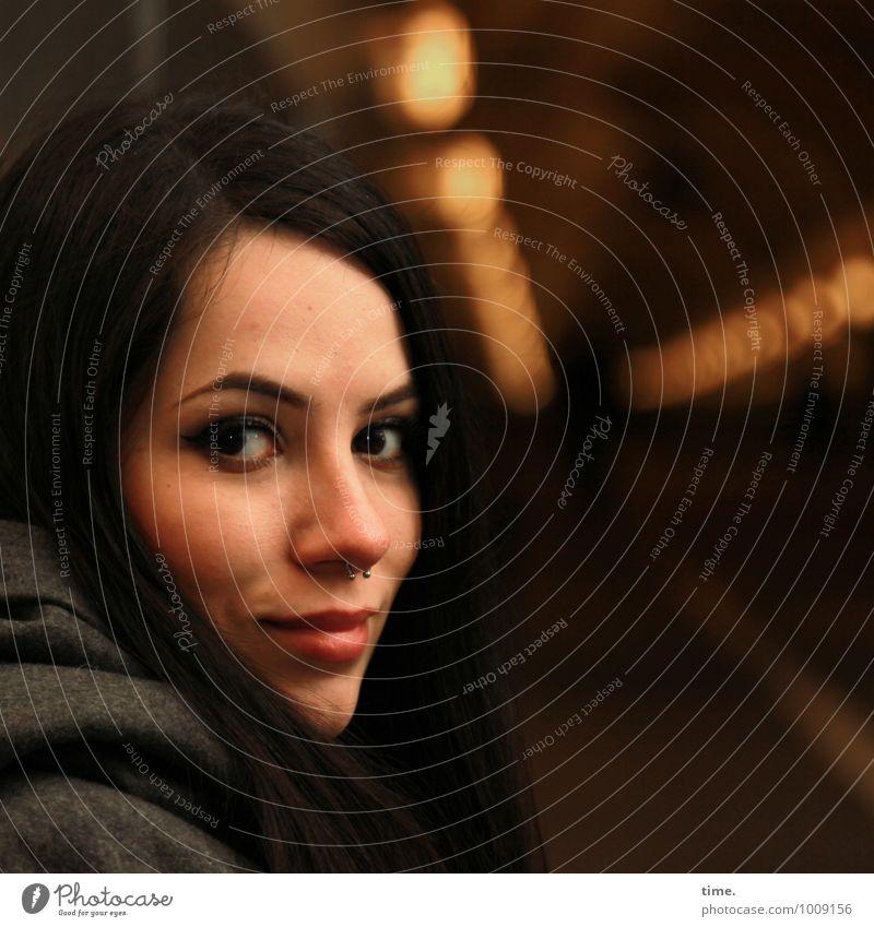 . feminin Junge Frau Jugendliche 1 Mensch Elbtunnel Mantel Piercing schwarzhaarig langhaarig beobachten Lächeln Blick ästhetisch schön Stadt Zufriedenheit