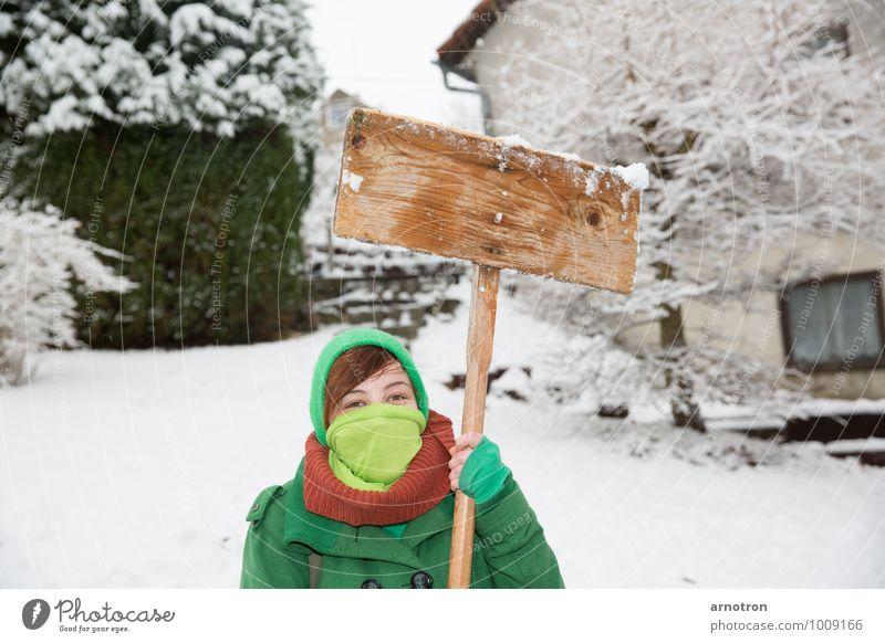 Schneegida - Protest im Schnee Mensch feminin Junge Frau Jugendliche 1 18-30 Jahre Erwachsene Landschaft Winter Baum Sträucher Garten Einfamilienhaus Fenster
