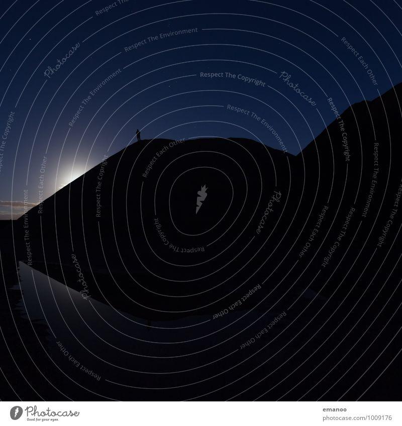 Mann im Mondschein Ferne Freiheit Mensch Erwachsene Körper 1 Landschaft Luft Wasser Himmel Nachthimmel Stern Hügel stehen träumen dunkel kalt blau Gefühle