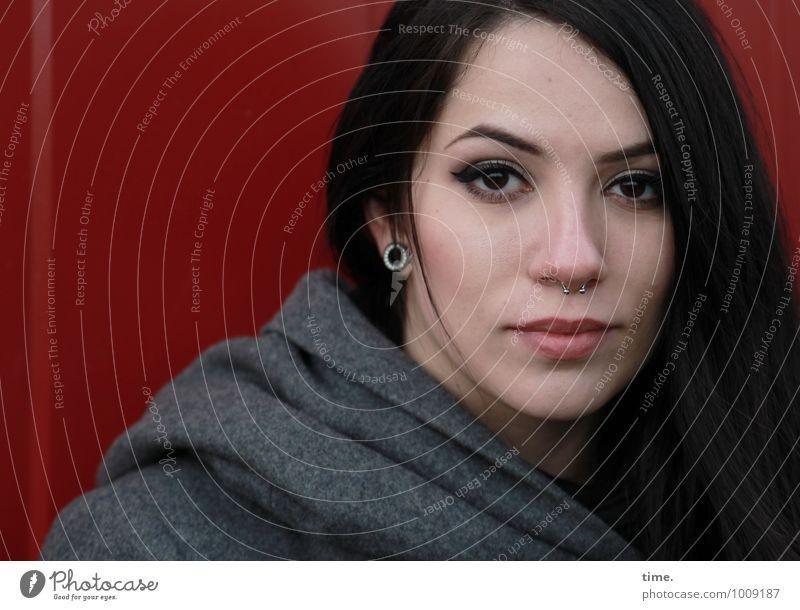 . feminin Junge Frau Jugendliche 1 Mensch Container Mantel Piercing Ohrringe schwarzhaarig langhaarig beobachten Denken Blick warten schön selbstbewußt Coolness