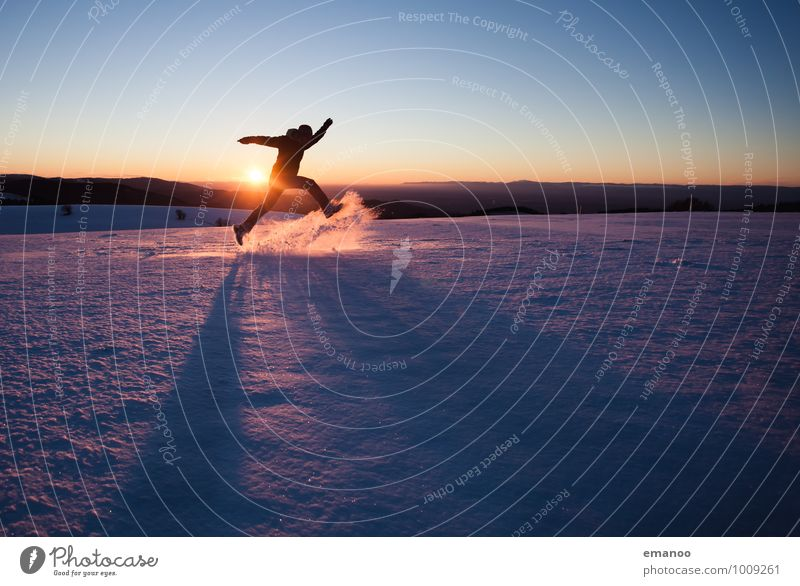 Der Mann, der durch den Schnee rannte Mensch Natur Ferien & Urlaub & Reisen Jugendliche Mann Freude Winter Ferne kalt Erwachsene Berge u. Gebirge Gefühle Schnee Stil Freiheit springen