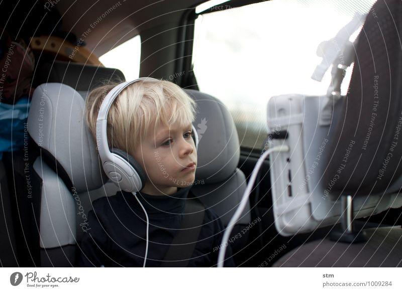 nachdenklich Fernsehen autokino PKW Bildschirm Kopfhörer Kind Kleinkind Junge Familie & Verwandtschaft Kindheit Leben 1 Mensch 1-3 Jahre 3-8 Jahre Verkehr