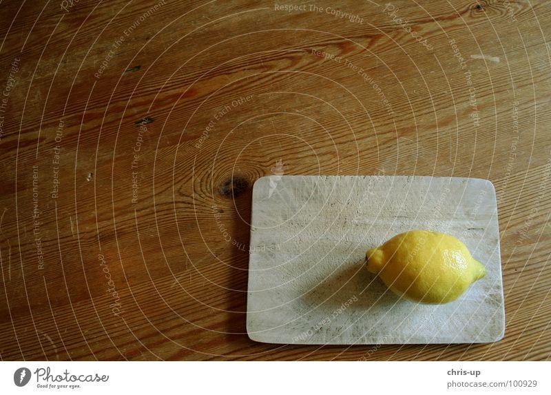 Sauer macht lustig 3 Zitrone zitronengelb Vitamin C Gesundheit braun Tisch Holz Zitronensaft Fruchtfleisch Zitrusfrüchte Saft Ernährung Erfrischung
