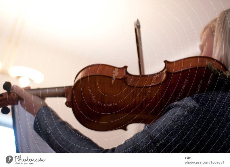 hausmusik II elegant Freizeit & Hobby Häusliches Leben Wohnung feminin Junge Frau Jugendliche Erwachsene Arme 1 Mensch 18-30 Jahre Kunst Künstler Kultur Musik