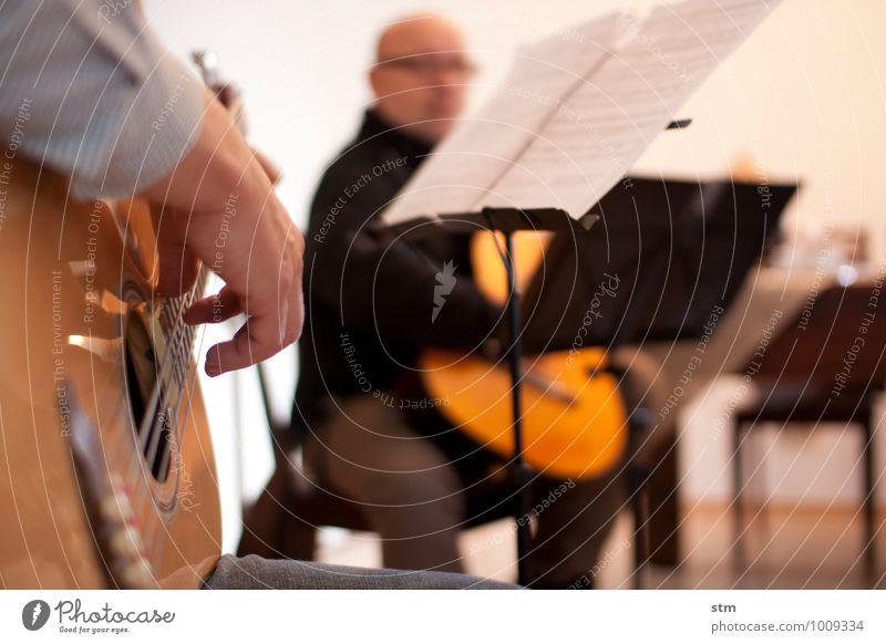 hausmusik Freizeit & Hobby Spielen Musiker Musikinstrument Musiknoten Häusliches Leben Wohnung Raum Mensch maskulin Mann Erwachsene Familie & Verwandtschaft