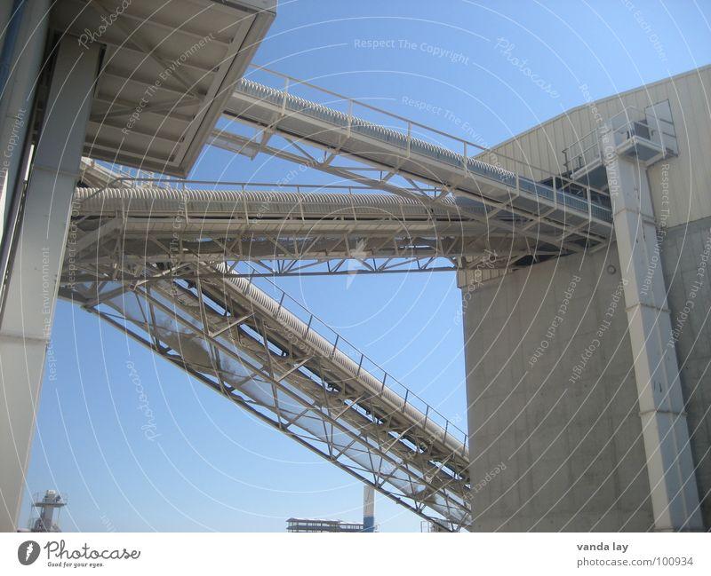 Kieswerk Himmel blau Arbeit & Erwerbstätigkeit Stein Gebäude Beton Industrie Treppe Turm Stahl Lagerhalle Schornstein Mittag staubig Förderband