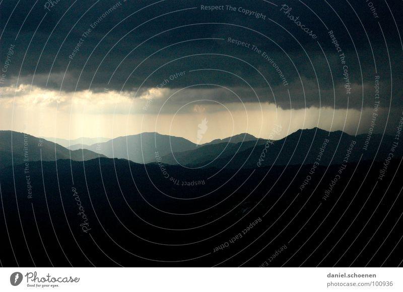 schlechtes Wetter im Anmarsch Wolken Hintergrundbild Licht dunkel bedrohlich Sturm gefährlich Hügel Sonnenstrahlen Angst Panik Sommer Gewitter Lichtstrahl
