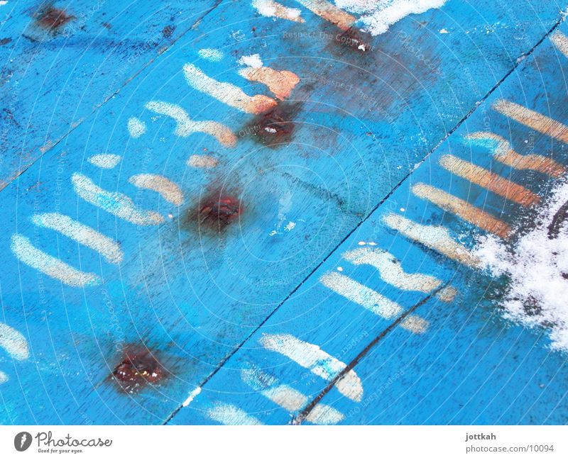 Stencil auf Holz weiß blau dreckig Schriftzeichen kaputt Buchstaben obskur Text altehrwürdig Holzmehl