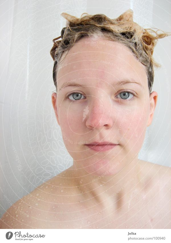Einwirkzeit Mensch Frau Gesicht Erwachsene Haare & Frisuren Stil Stimmung blond Schaum Unter der Dusche (Aktivität) spülen Haarwaschmittel Duschgel
