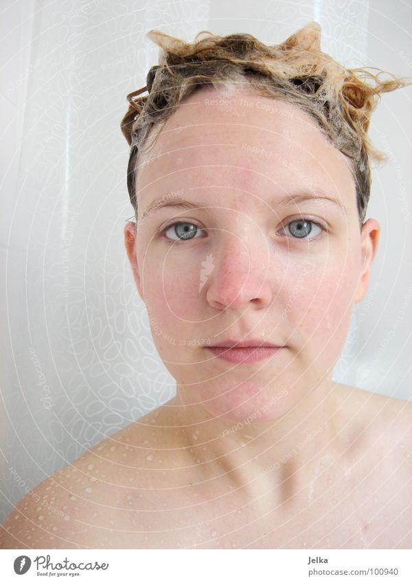 Einwirkzeit Stil Haare & Frisuren Gesicht Mensch Frau Erwachsene blond Stimmung Haarwaschmittel Duschgel Schaum woman face faces hair kämmenwaschen washing