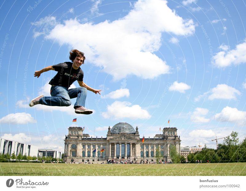 Unbekanntes Flugobjekt blau weiß grün Sommer Freude Wolken Wiese Spielen Berlin klein springen Kunst Deutschland fliegen hoch groß