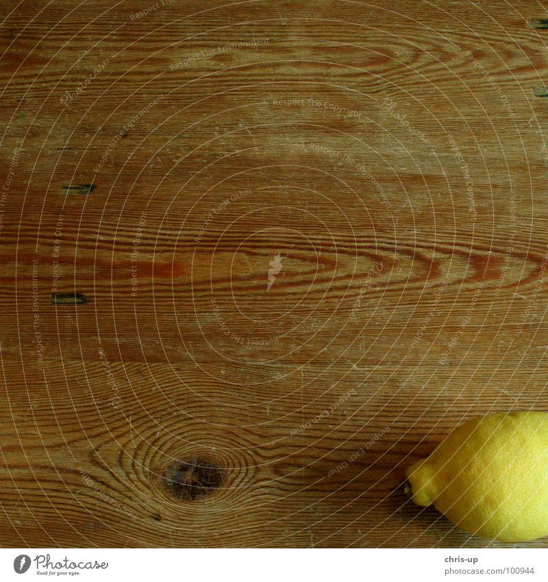 Sauer macht lustig 4 Zitrone zitronengelb Vitamin C Gesundheit braun Tisch Holz Zitronensaft Fruchtfleisch Zitrusfrüchte Saft Ernährung Erfrischung