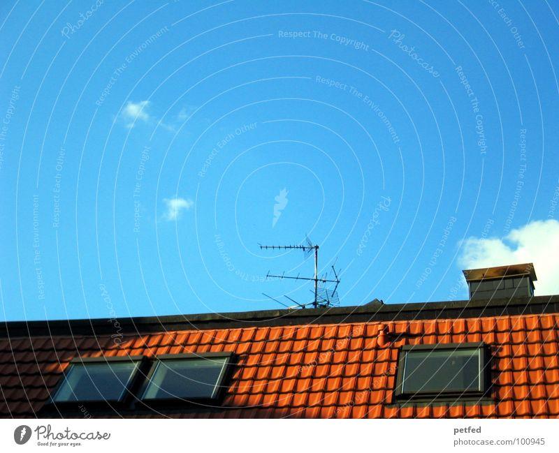 Über'm Dach der Himmel rot Fenster 3 Antenne Wolken weiß Feierabend Wohnung Haus Freizeit & Hobby Backstein blau Abend Schornstein Leben Hütte hoch