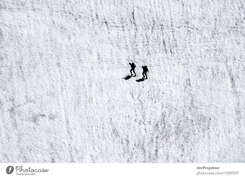Zwei gegen die Wand Freizeit & Hobby Ferien & Urlaub & Reisen Tourismus Abenteuer Ferne Freiheit Schnee Berge u. Gebirge wandern 2 Mensch Menschengruppe Umwelt