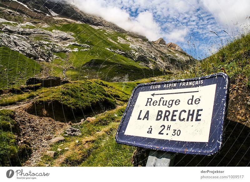 Dieser Weg wird ein langer sein. Natur Ferien & Urlaub & Reisen Pflanze Sommer Landschaft Wolken Ferne Umwelt Berge u. Gebirge Gefühle Gras Freiheit Felsen