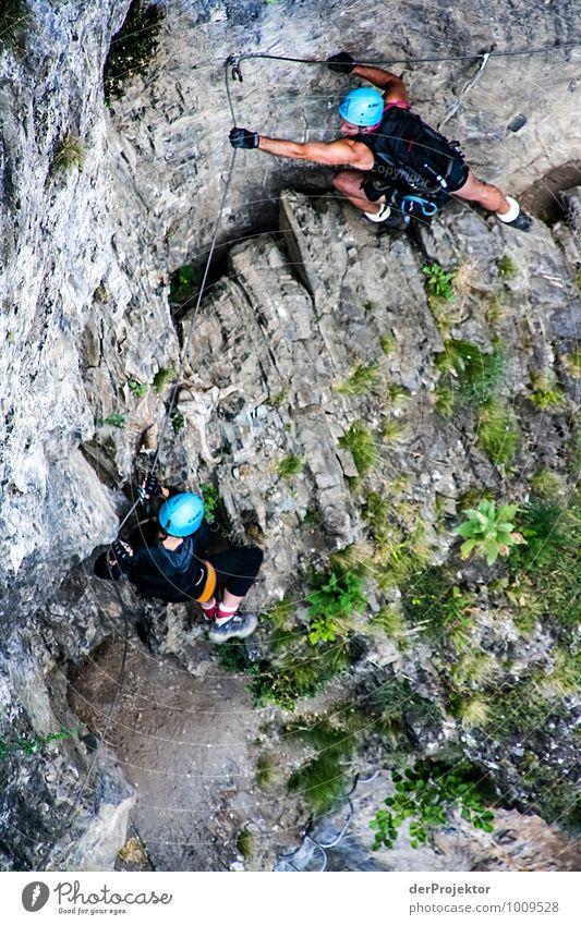 Sicher ist sicher Mensch Natur Landschaft Ferne Umwelt Berge u. Gebirge Sport Freiheit Felsen Freizeit & Hobby bedrohlich Fitness Abenteuer Gipfel Sicherheit