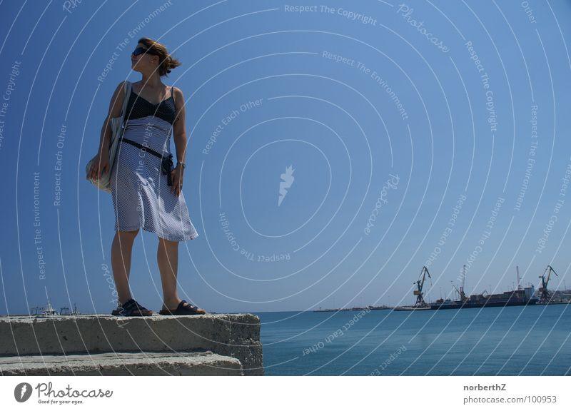 Sexy am Hafen Frau Wasser Ferien & Urlaub & Reisen Sommer Kleid Hafen Sonnenbrille Kreta Griechenland Heraklion