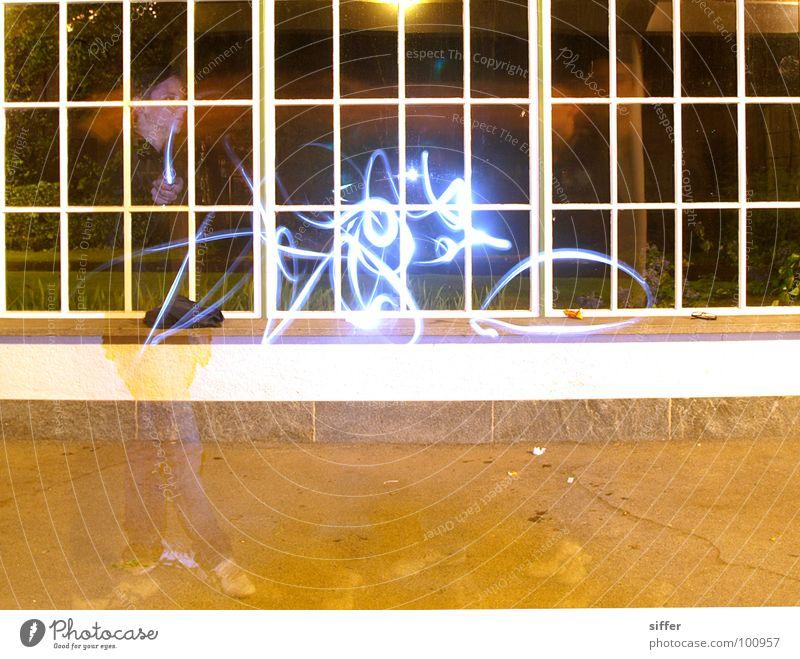 Tagnacht Licht Langzeitbelichtung Geister u. Gespenster Nacht Taschenlampe Fenster Mensch dunkel Wand Smiley Geschwindigkeit Experiment gelb grün schwarz Juli