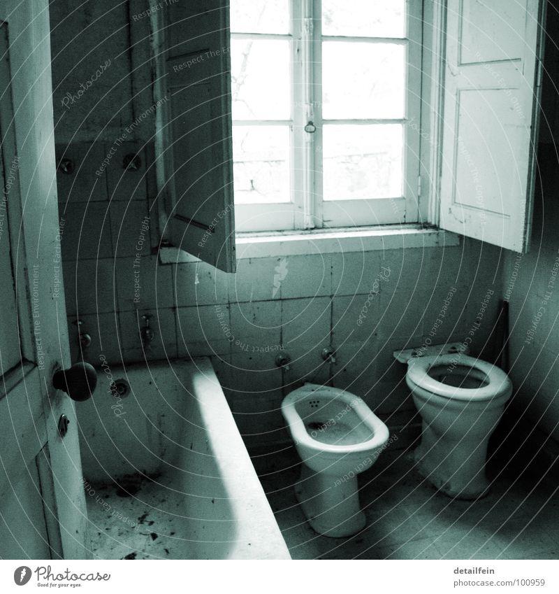 ingress of water Badewanne Fensterladen dreckig fließen Renovieren Toilette Tür bidee