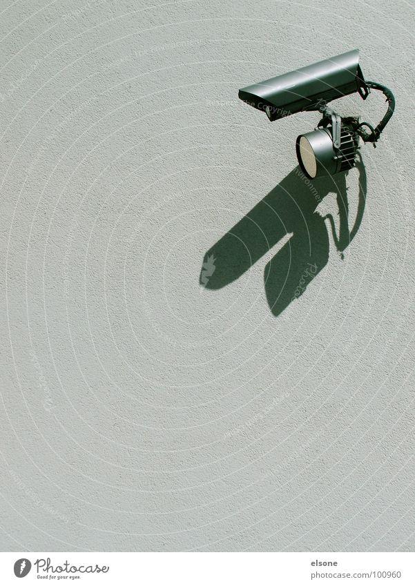 überwachung grau trist Sicherheit beobachten Fotokamera Wachsamkeit Kontrolle Videokamera Politik & Staat Überwachung Objektfotografie Absicherung filmen