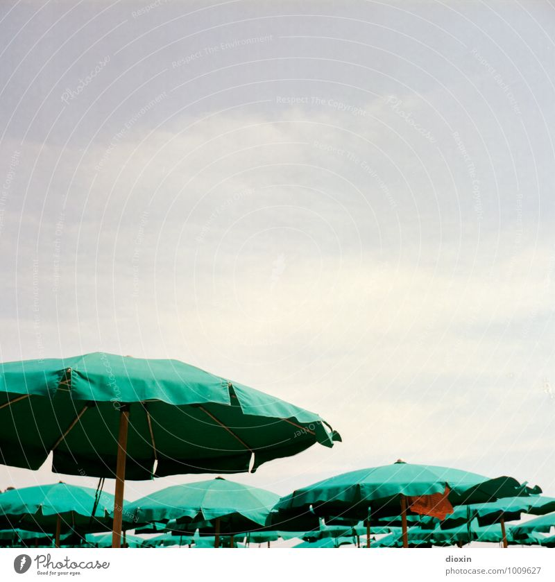 La dolce vita Ferien & Urlaub & Reisen Tourismus Sommer Sommerurlaub Sonnenbad Strand Himmel Wolken Klima Schönes Wetter Küste Meer Mittelmeer Sonnenschirm